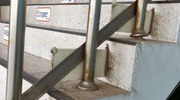 樓梯扶手裝「神祕鐵片」 內行人揭背後原因超暖