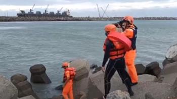 花蓮4高中生海邊玩水  1人遭大浪捲走