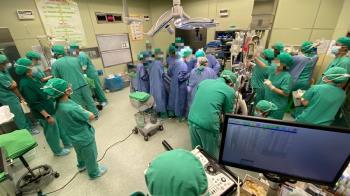 30名醫護搶救新生兒!牆上全是血 網看4照片哭了