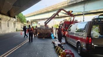 快訊/台南小貨車停紅燈突遭追撞 騎士倒地噴血慘死