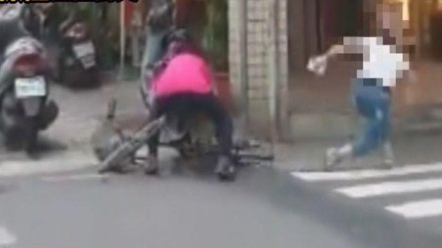 大街起口角!腳踏車婦怒踹女駕駛爆拉扯