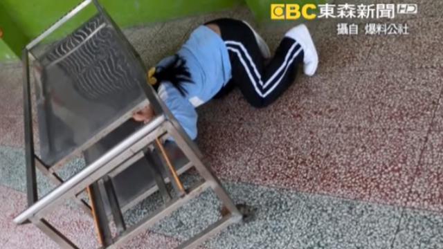 校方虐童?學生跪著擦地板 家長氣炸!