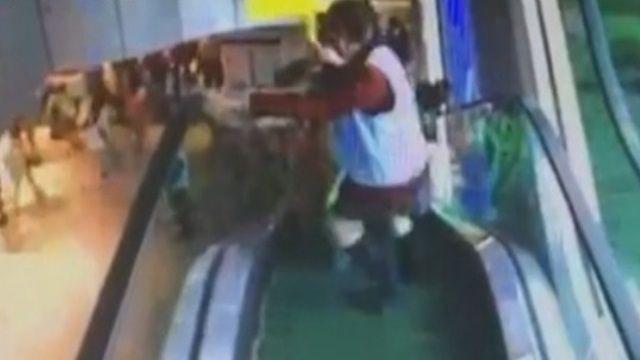小四生訪新北市府 扶梯推擠釀11人傷