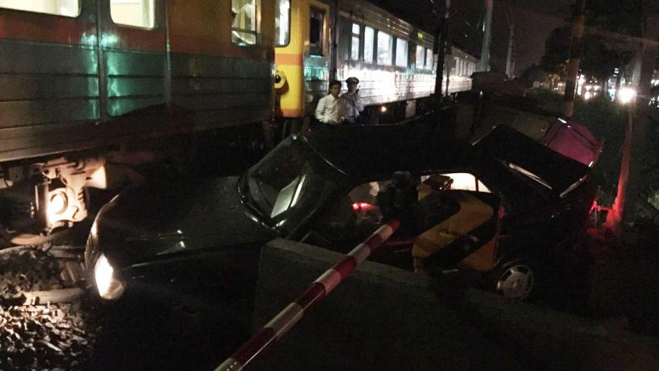 13日晚間7:30 自強號撞小轎車