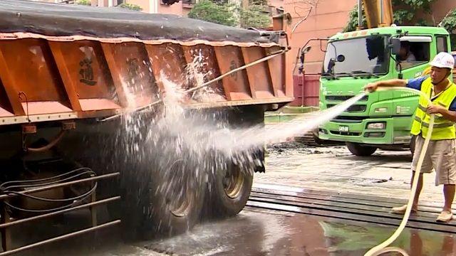 機車經過路變滑! 居民控國宅工地亂灑水