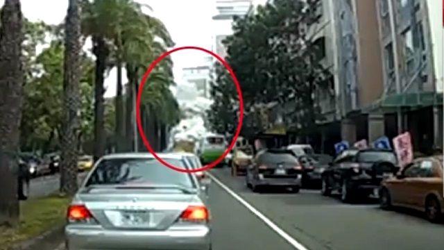 濃煙路邊竄出 民眾直擊:爆炸現場?