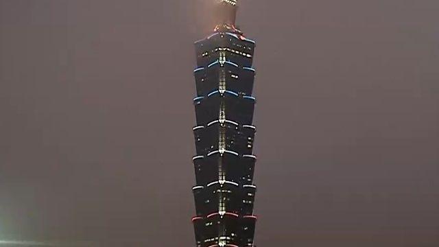 祈福!艾菲爾鐵塔熄燈 台北101亮三色燈