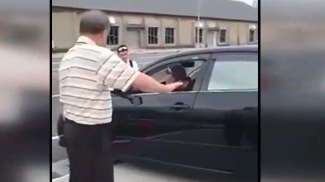 卡卡!老翁停車受困 民眾出手神救援