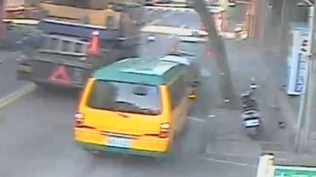 吊車輪胎爆  氣體急噴炸碎車