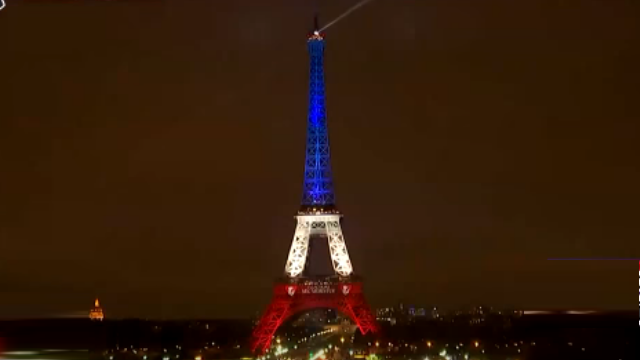 不沉沒!艾菲爾鐵塔藍白紅燈「亮」相