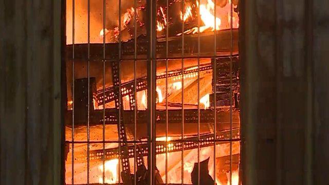 疑電線走火 百坪鐵皮工廠全面燃燒