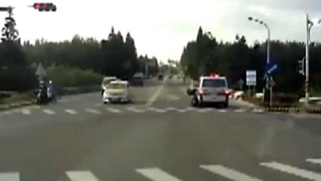 砰...救護車鳴笛闖燈擦撞 騎士滑行10公尺