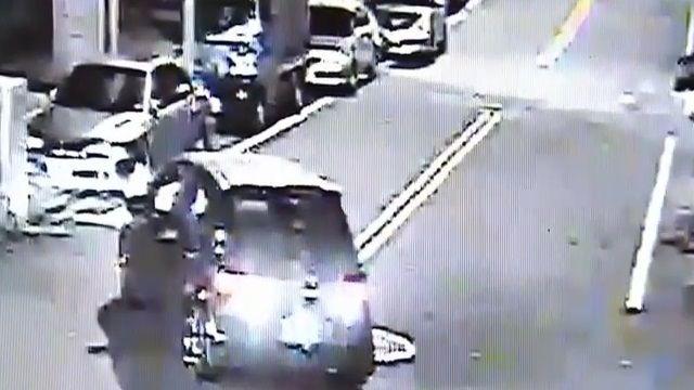 恍神!酒駕轎車碰碰撞 路旁車輛慘遭殃