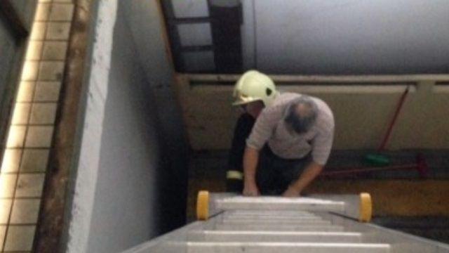 車梯突斷電 清潔工欲脫困攀爬急墜!