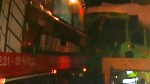 客運遭大貨車追撞 2死12傷