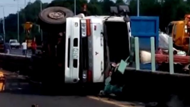 驚險一瞬間!貨車突爆胎翻覆鐵片撒國道