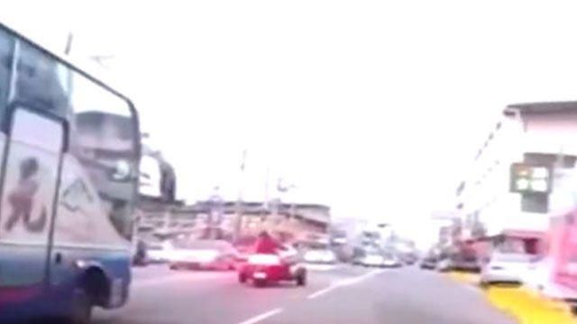 滿載學童遊覽車當街逼車與重機較勁