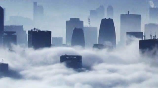 霧鎖東京!罕見濃霧 籠罩晴空塔