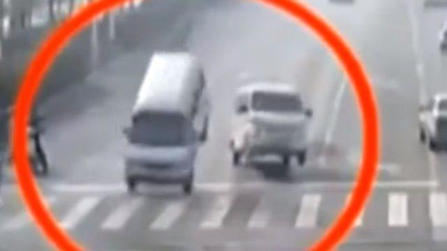 靈異現象?汽車在路上 突騰空飛起...