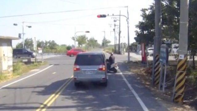 搶快的下場...轎車左轉慘遭貨車攔腰撞