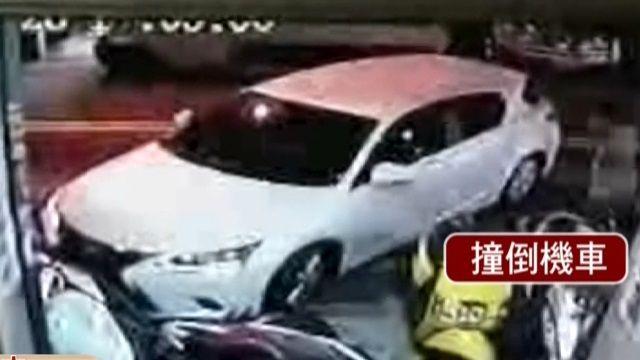 7歲女童誤觸排檔桿 車滑動連撞5機車!