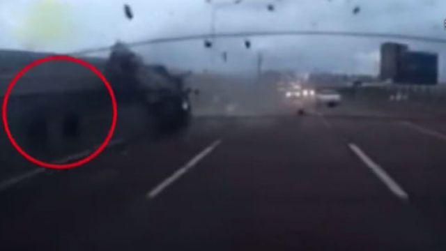 切車道貨車翻覆 駕駛瞬間被「拋飛」