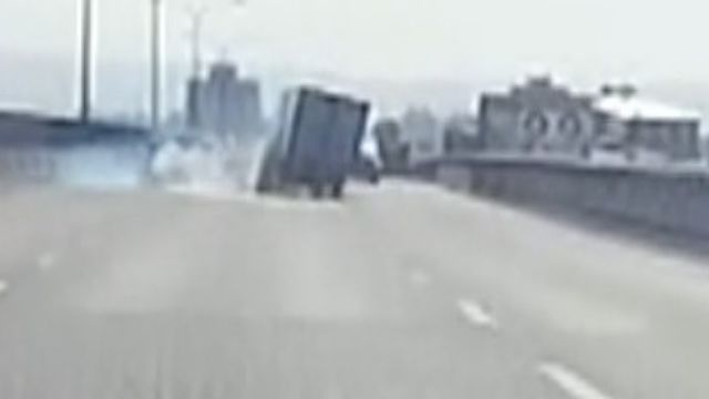 快速道路超車不當追撞 小貨車翻覆4傷