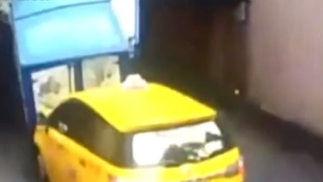沒注意地下道限高!貨車、小黃撞成一團