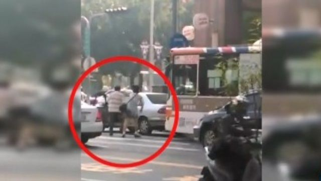 疑似因想超車被擋 夫婦當街咆哮公車駕駛