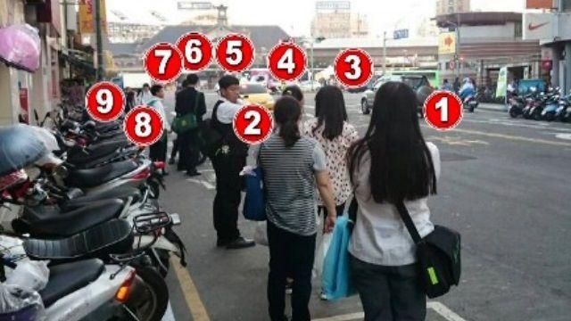 進退兩難!被迫暫馬路上等公車