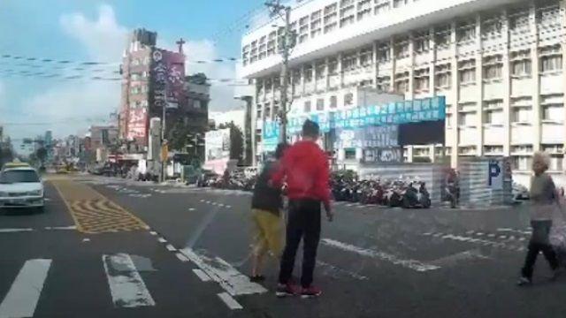 「扶老太太過馬路」...網友影片有洋蔥