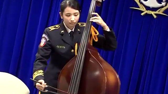 氣質美女拉琴超療癒!國軍樂隊新亮點
