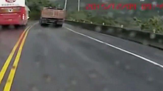 蘇花玩命硬碰硬 遊覽車逆向超砂石車