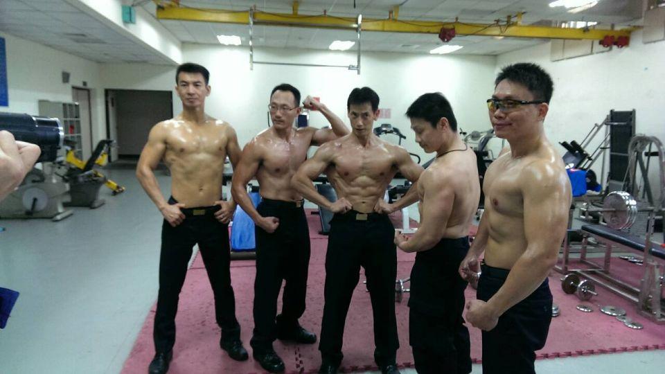 做公益!航空警察大隊 健身拍猛男桌曆