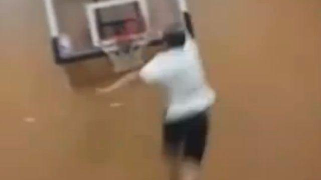 驚見166公分籃球界哈特利!輕功蹬牆扣籃法