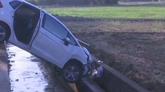 倒栽蔥水溝旁!小客車追撞 1死3傷