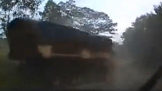 路滑聯結車大甩尾 對面小車有驚無險