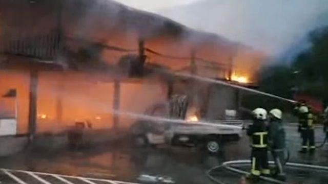 火噬大湖遊樂區竄黑煙 販賣部全被燒光