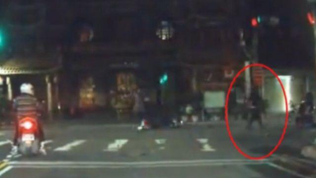 路口三車擦撞!亮西瓜刀追砍 嚇到跌地