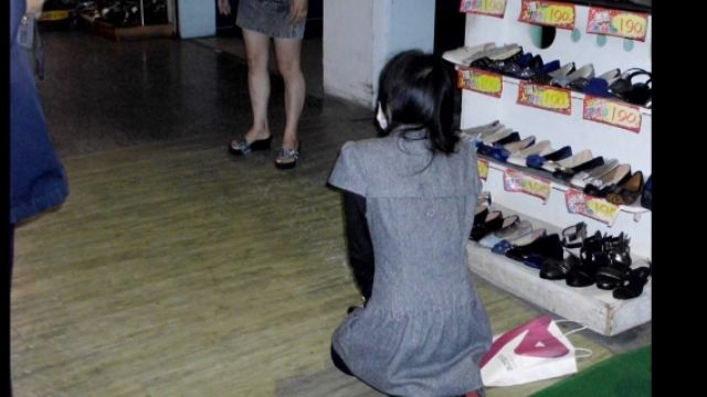 不是很嗆嘛?報警偷竊 女賊立馬下跪!