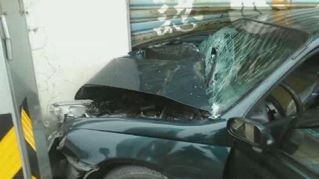 轎車自撞民宅4傷 1人昏迷插管治療