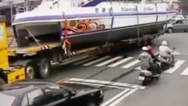 遊艇陸上行舟迷航  拖板車超載趴趴走