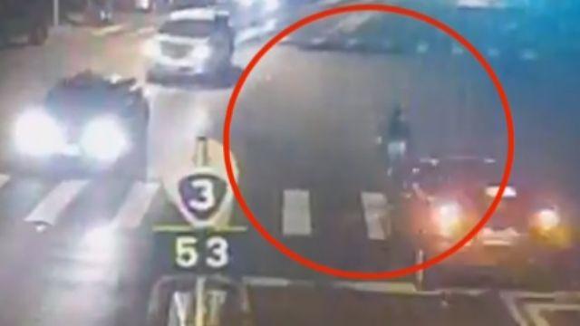 8歲男童夜闖馬路 遭轎車撞飛30公尺