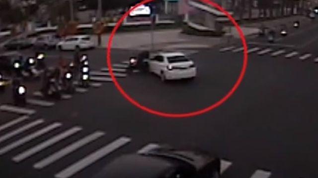 汽車疑未禮讓 撞車後波及4機車
