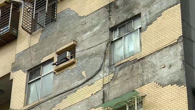 31年老舊國宅「磁磚雨」住戶經過心驚驚