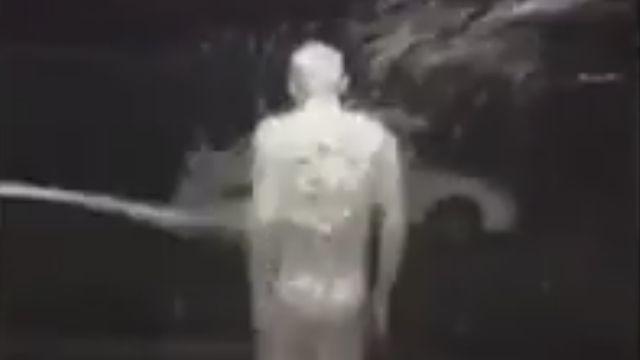 難忘生日!裸身被狂噴泡沫 壽星冷到爆