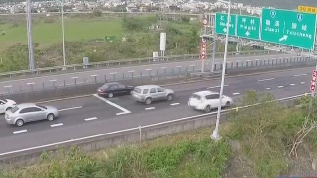 國5開放路肩+紅綠燈控管 塞爆又追撞