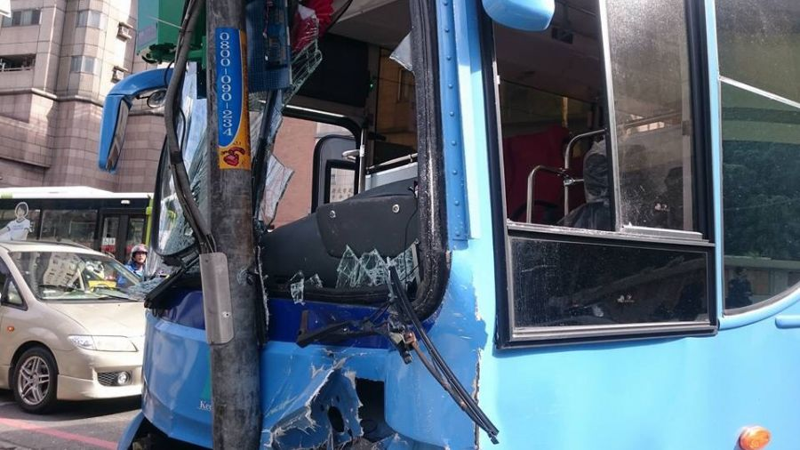 基隆客運追撞大都會公車 失控撞號誌桿