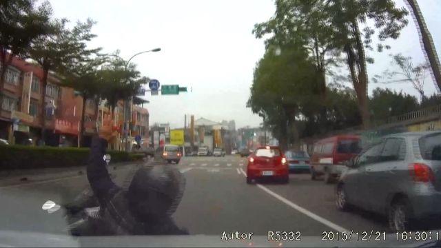 騎士闖紅燈不爽被「叭」故意讓後方追撞
