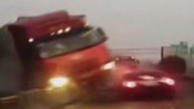 驚險!大貨車失控暴衝撞成一團